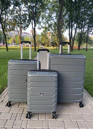 Качественный чемодан!!!полипропилен ,надёжный ,двойные колеса,кодовый замок