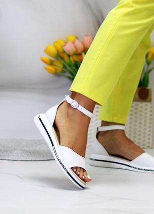 Белые кожаные босоножки с ремешком