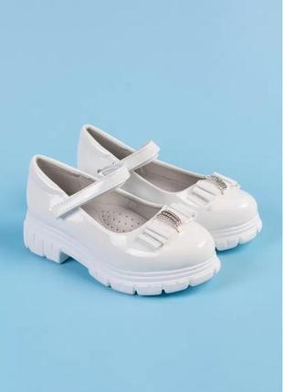 Туфли на девочку. белые и черные.