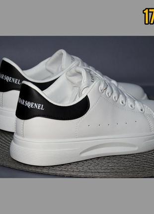 Белоснежные лёгкие кроссовки на каждый день с черным задником