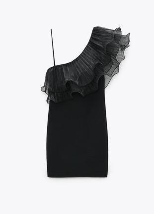 Платье мини чёрное ассиметричное на одно плечо которое декорировано объемными рюшами воланами zara