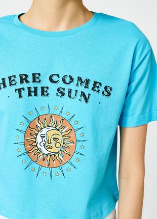 Голубая кроп футболка koton с принтом и надписью солнце here comes the sun, beatles