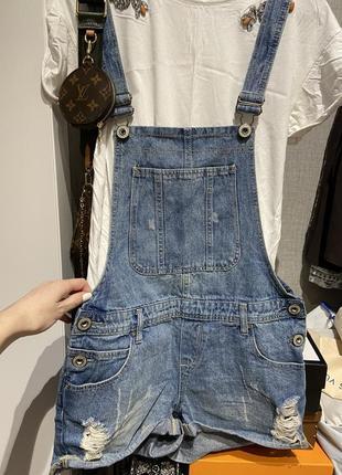 Шикарный джинсовый комбенизон шорты с рваностями