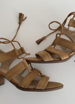 Босоножки, босоніжки на каблуку, туфли бежевые, туфли с завязками, трендовые туфли.