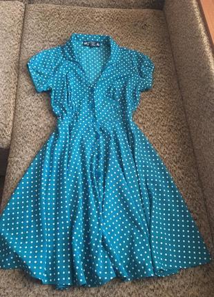 Яркое платье в горошек миди
