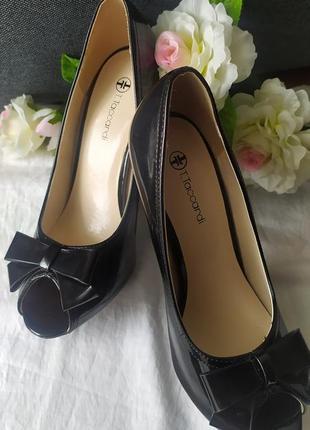 Черные лаковые туфли с открытым носком