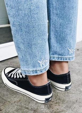 Бойфренды мом джинсы на высокой талии с вышивкой нашивками с разрезами дырками на коленях