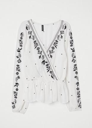 Красивая молочная блуза с контрастной вышивкой