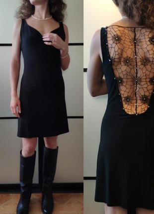 Тренд маленькое черное платье в бельевом стиле с открытой спиной