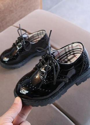 Лакові туфлі  чорні на шнурівці