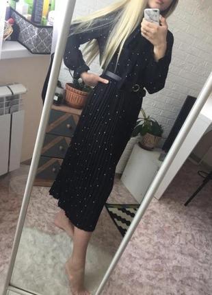 Чёрное плиссированное платье в горошек длинное с рукавами базовое повседневное