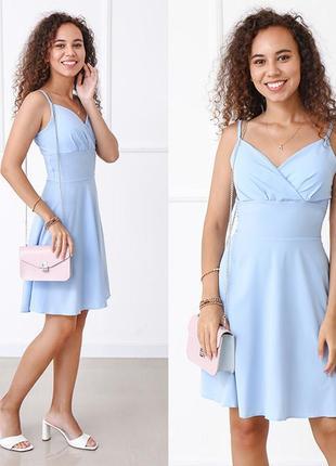 Голубое платье на бретельках