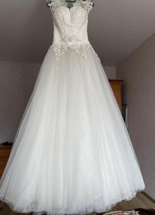 Весільна сукня з вишивкою ручної роботи