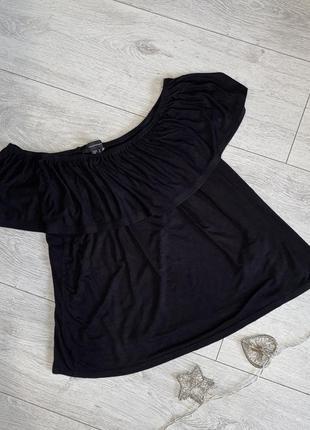 Черная  базовая блуза, футболка с открытыми плечами с оборками