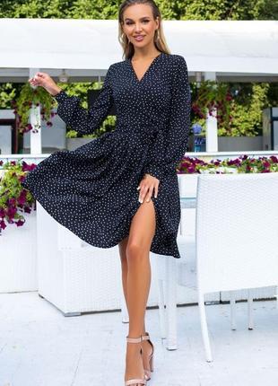 Черное в горошек платье на запах