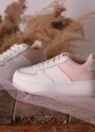 Женские белые кроссовки форсы с пудровыми вставками