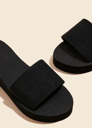 Тапочки босоніжки на платформі чорні. минималистичные мюли на широкой танкетке.