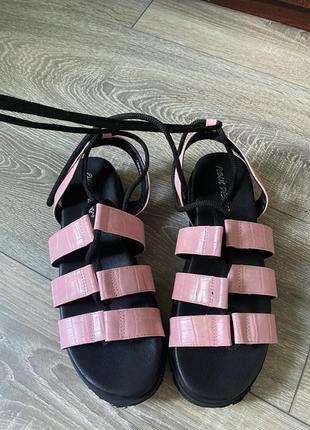 Трендові жіночі сандалі