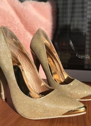 Неймовірні золоті туфлі linzi