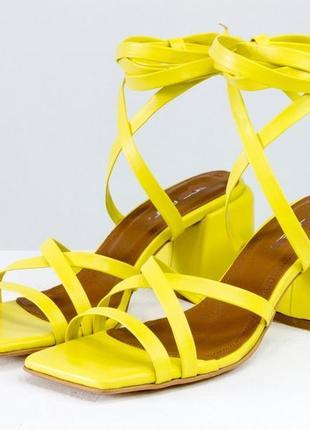 Дизайнерские кожаные яркие босоножки на каблуке в любом цвете