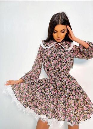 Платье приталенного кроя с пышной юбкой длинным рукавом и воротником в мелкий цветочный принт
