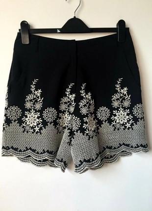 Новые легкие черные шорты с вышивкой из шитья