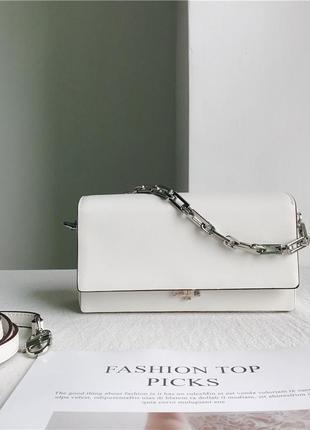 Маленькая белая сумка с серебряной цепочкой