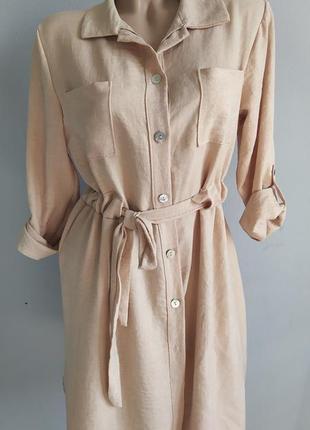 Платье-рубашка с поясом и накладными карманами.