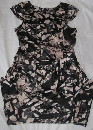Нарядное атласное платье с драпировкой на бедрах