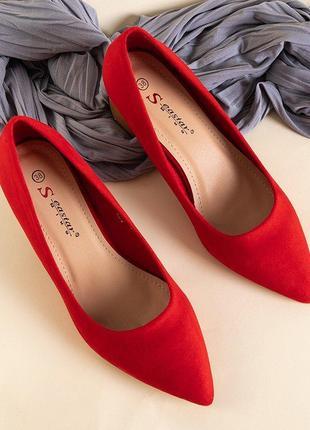Червоні жіночі туфлі