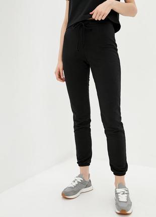 Трикотажные брюки джоггеры черного цвета с манжетами