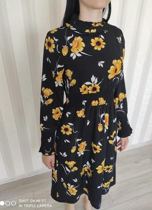 Лёгкое чёрное платье в цветы