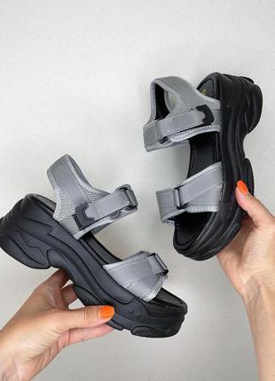 Серые летние босоножки на чёрной платформе сандали