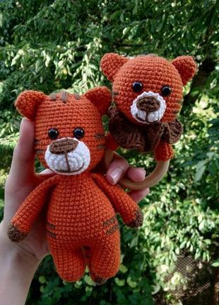 В'язаний подарунковий набір для дітей. брязкальце + іграшка тигрик