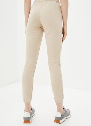 Трикотажные брюки джоггеры бежевого цвета с манжетами2 фото