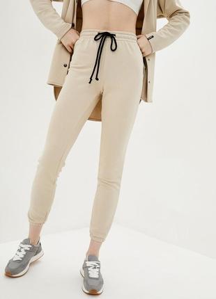 Трикотажные брюки джоггеры бежевого цвета с манжетами