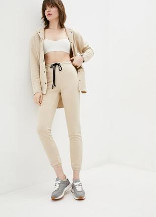 Трикотажные брюки джоггеры бежевого цвета с манжетами3 фото