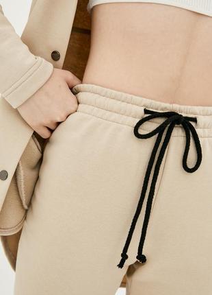 Трикотажные брюки джоггеры бежевого цвета с манжетами4 фото