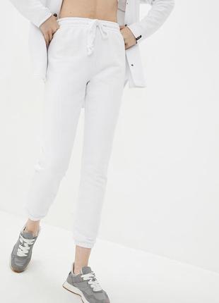 Трикотажные брюки джоггеры белого цвета с манжетами