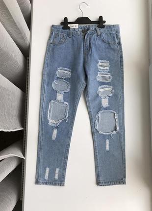 Мом джинсы из качественного джинса, нежно-голубого цвета с дырками, рваные джинсы