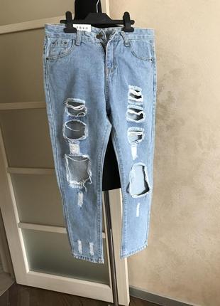 Мом джинсы из качественного джинса, нежно-голубого цвета с дырками, рваные джинсы5 фото