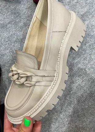 Кожаные крутые бежевые туфли на бежевой подошве