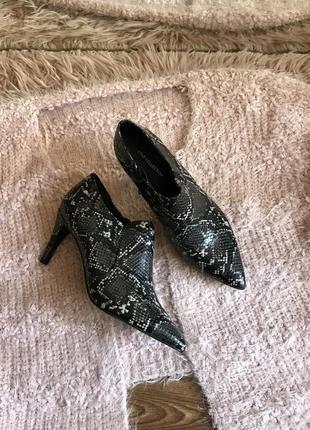 Закрытые туфли лодочки (38р)