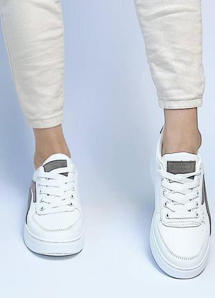 Женские белые стильные кроссовки с серыми вставками