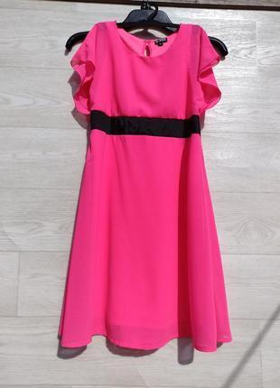 Яркое красивое розовое шифоновое платье с чёрным поясом