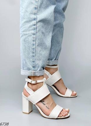 Женские белые босоножки на устойчивом каблуке