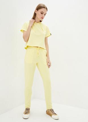 Трикотажные брюки лимонного цвета высокой посадки с завязками на поясе