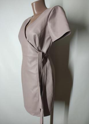 Пудровое платье на запах из экокожи кожи искусственной кожи6 фото