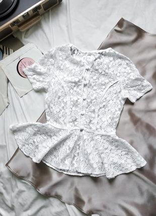 Белая кружевная блуза с пуговками на спине и баской