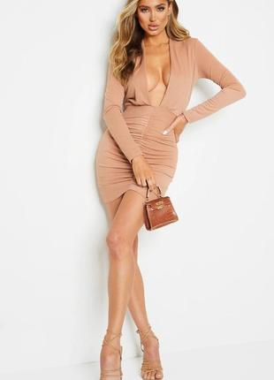 Pretty little thing платье бежевое по фигуре карандаш футляр с длинным рукавом жатое с глубоким вырезом